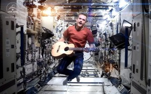 "O astronauta Chris Hadfield gravou o primeiro videoclipe no espaço interpretando a música ""Space Oddity"""