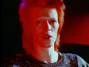"David Bowie interpreta ""Space Oddity"". A música retrata a depressão do astronauta Major Tom em pleno espaço sideral."