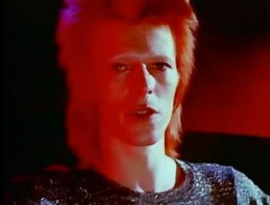 """David Bowie interpreta """"Space Oddity"""". A música retrata a depressão do astronauta Major Tom em pleno espaço sideral."""