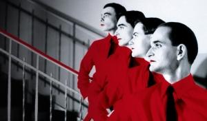 Foto clássica do grupo alemão pioneiro de música eletrônica Kraftwerk registrada nos anos 1970.