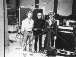 """Robert Fripp, Brian Eno e David Bowie durante gravações de """"Low""""."""